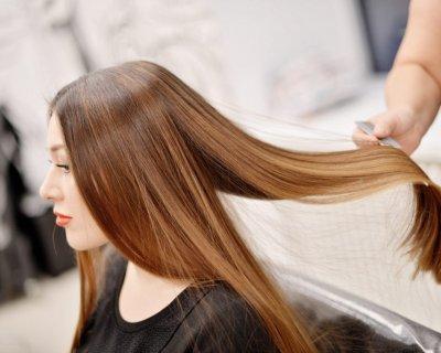 Чи потрібно мити голову перед фарбуванням, ботоксом та іншими процедурами для волосся (всюди по-різному)