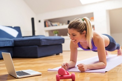 Фітнес на канікулах: міні-комплекс вправ від тренера, яким легко займатися вдома